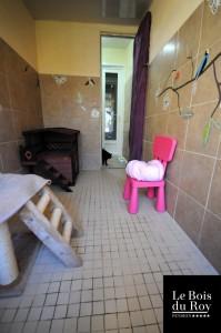 Chambre avec préau équipée d'un assortiment de notre mobilier spécial chats